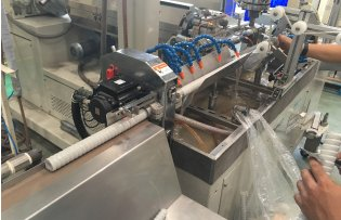 Continuous extrusion machine for 2-later hoses